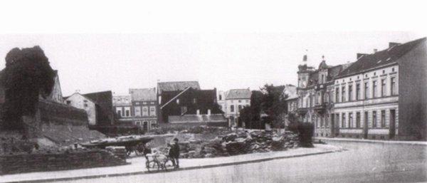 Der Denkmalsplatz während der Bauarbeiten. Das Denkmal ist noch nicht aufgestellt. Sammlung Schnorr